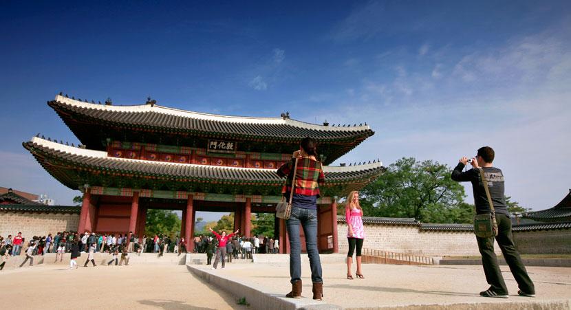 tourists-palace-gate-seoul
