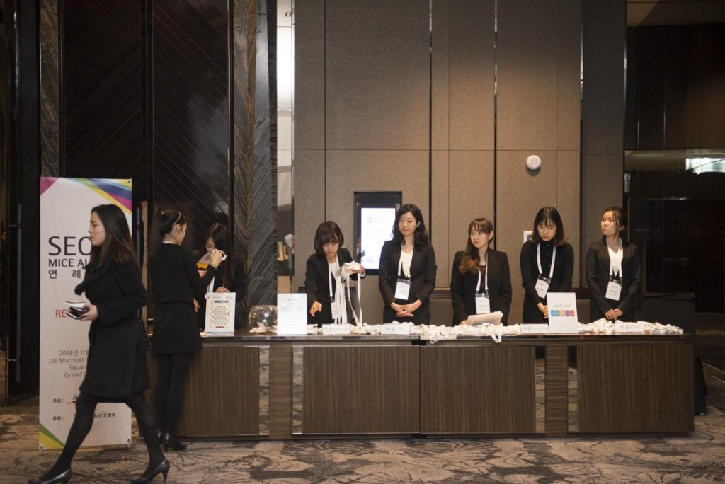 ▲Seoul MICE Supporters working for guide and registration in an event