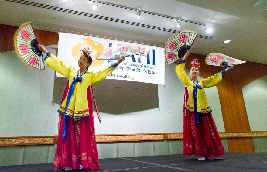 ▲ Korean Fan Dance Performance at the IKAA Gathering 2015